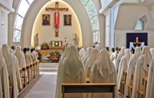 Siostry Zawierzenia na liturgii w kaplicy